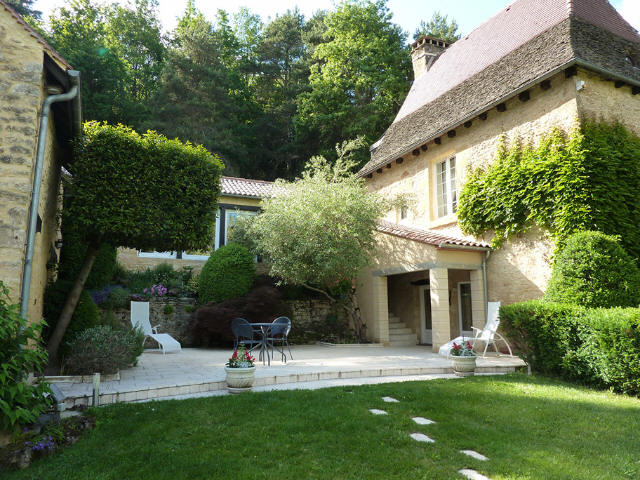 NOT FAR FROM SARLAT, IN A QUIET AND PEACEFUL SITUATION, OLD STONE CHARACTER PROPERTY WITH SWIMMING P