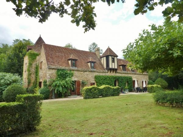 NOT FAR FROM SARLAT, PEACEFUL SITUATION,  OLD STONE « MANOIR » APPROX. 230 m2 OF LIVING AREA, WITH S