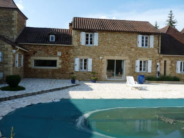 SARLAT, CLOSE TO SHOPS, BEAUTIFUL STONE HOUSE WITH SWIMMING POOL AND 8000M² OF LAND SCAPED GARDEN.