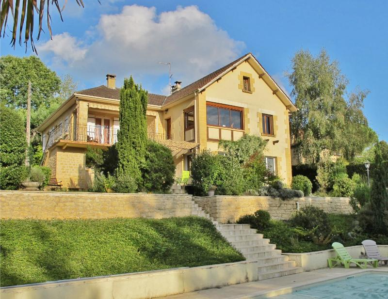 SARLAT, VERY NICE PROPRIETY, 2000 m² OF LANDSCAPED GARDEN WITH SWIMMING POOL.