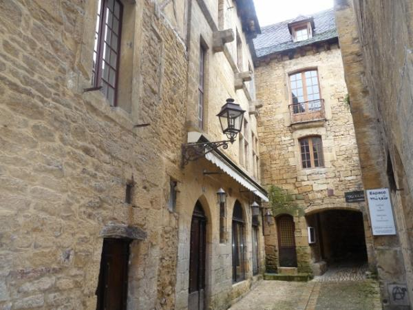 CENTRE SARLAT, IDEAL FOR INVESTOR, 9 APPARTEMENTS AND COMMERCIAL LOCAL.