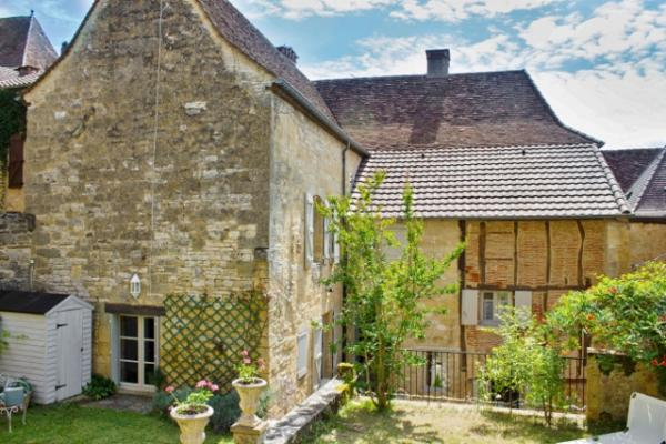 IN THE MEDIEVAL CENTRE OF GOURDON, VERY CHARMING OLD STONE PROPERTY WITH GARDEN. VERY UNIQUE FEATURE