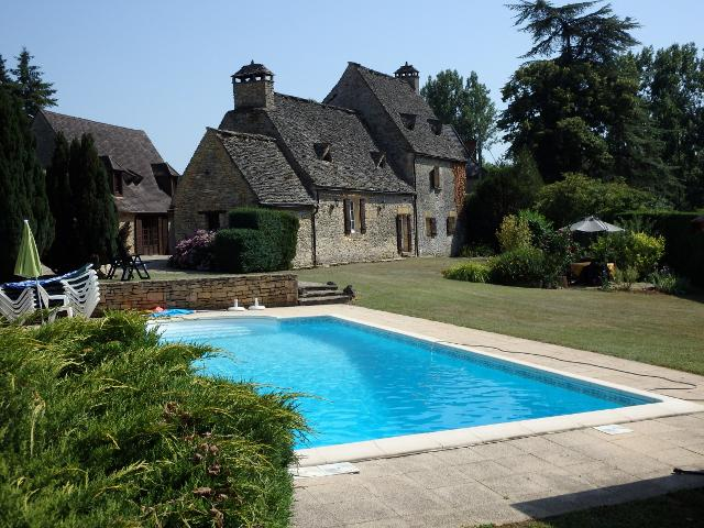 IN A SMALL HAMLET, 15KM AWAY FROM SARLAT, VERY BEAUTIFUL STONE PROPERTY WITH A MAIN HOUSE, GUESTS HO