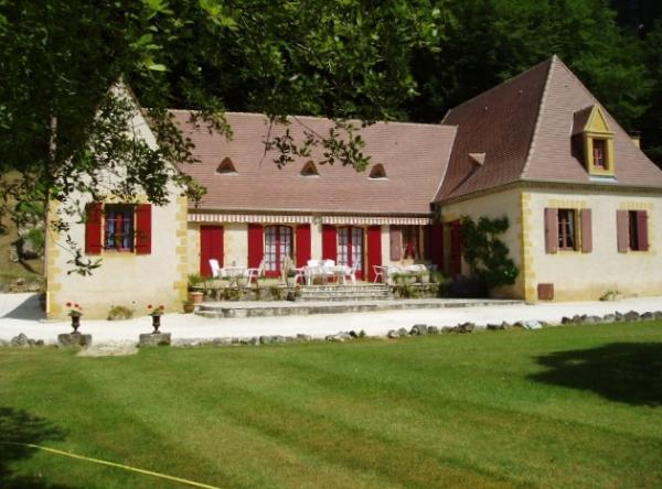 15KM AWAY FROM SARLAT, CLOSE TO SHOPS et ALL AMENITIES, LARGE HOUSE COMPOSED OF  A MAIN  HOUSE et 2