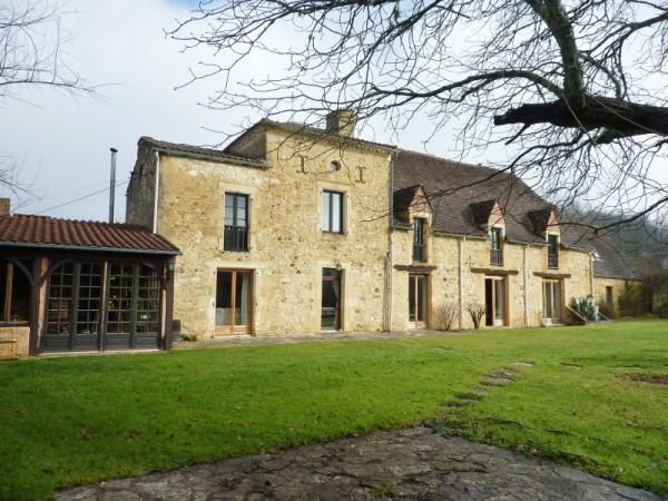 CHARMING RUSTIC PROPERTY WITH 2.47 ACRES OF LAND, SWIMMING POOL et POND ! BEAUTIFUL STONE HOUSE WITH