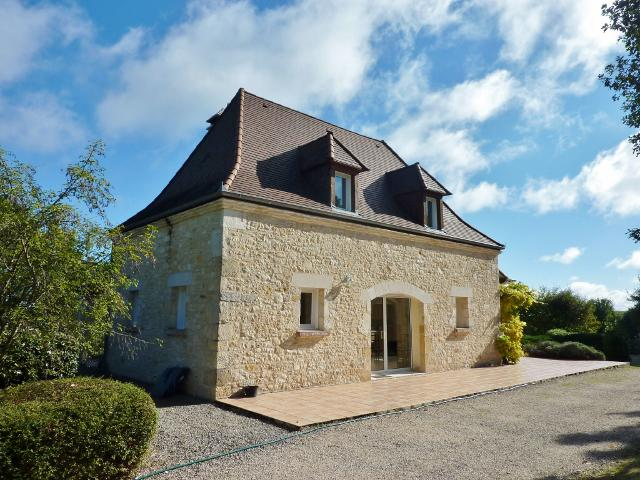 APPROX 20KM AWAY FROM SARLAT, IN A LOVELY LOCATION , STUNNING MODERN HOUSE WITH SWIMMING POOL et 0.5