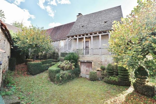 10MIN SOUTH FROM SARLAT, IN A CHARMING VILLAGE OF THE DORDOGNE VALLEY, STONE PROPERTY TO BE RESTORED