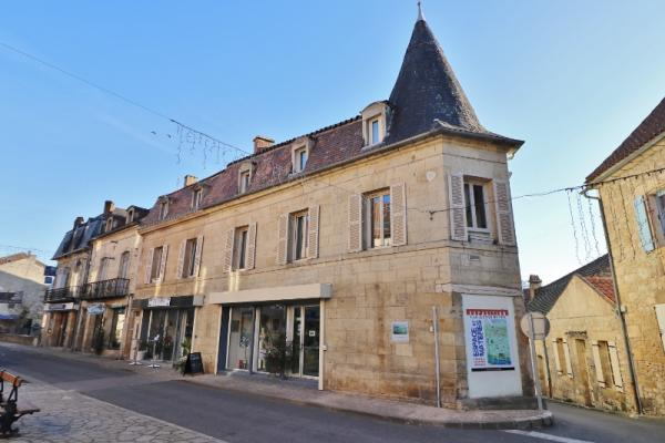 SARLAT WEST, IN A LOVELY LITTLE TOWN OF THE DORDOGNE VALLEY !! STUNNING BUILDING COMPOSED OF 3 APARTMENTS, 2 SHOPS, CELLAR et GARAGE !! VERY GOOD RENT