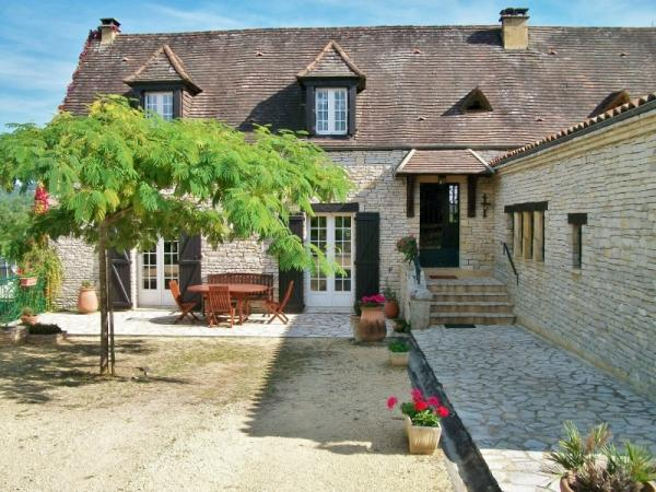 IN THE DORDOGNE VALLEY, ONLY 10KM AWAY FROM SARLAT, IDEAL HOLIDAY RENTAL BUSINESS, COMPOSED OF A MAI