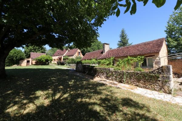 IDYLLIC LOCATION, IN THE HEART OF THE PERIGORD NOIR, MAGNIFICENT STONE DOMAIN INCLUDING 3 HOUSES, AN