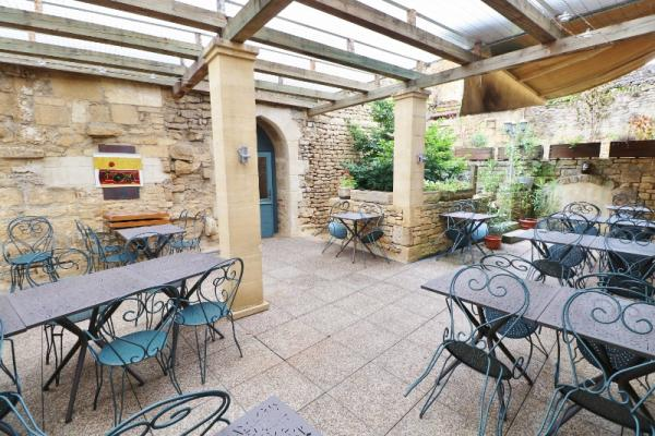 IN THE MEDIEVAL HEART OF SARLAT, MAGNIFICENT 14TH CENTURY BUILDING WITH ITS COURTYARD OF 48M ², AND