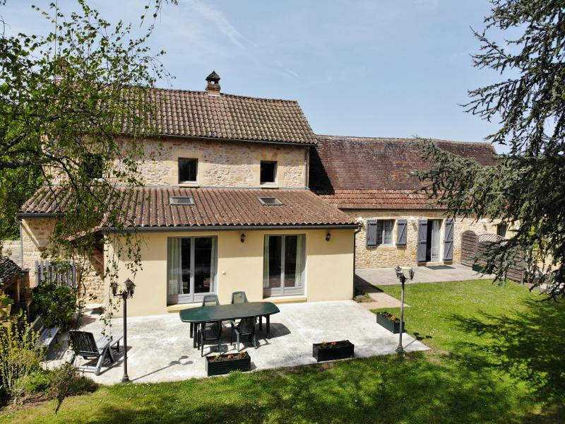 SARLAT ! NICE SITUATION, CLOSE TO SHOPS, BEAUTIFUL PROPERTY COMPOSED OF MAIN HOUSE WITH 4 BEDROOMS,