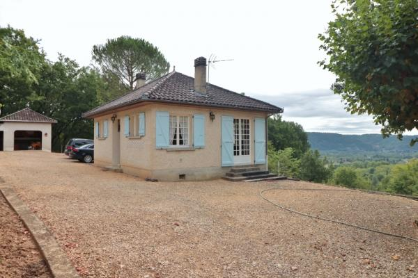 CHARMING HOUSE WITH OPEN VIEWS OVER THE COUNTRYSIDE. 20 KM AWAY EAST FROM SARLAT AND 4.5 KM FROM ALL