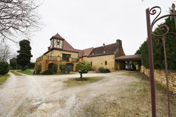 SPLENDID PROPERTY CLOSE TO SARLAT, 10 MIN AWAY FROM THE HISTORICAL CITY HEART. ON A 1.5 ACRES WOODED