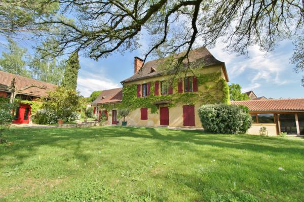 LOVELY STONE PROPERTY - 20 MIN WEST FROM SARLAT - COMPOSED OF A MAIN HOUSE WITH 4 BEDROOMS, 2 ADJACE