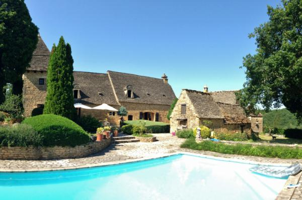 BEAUTIFUL 17TH CENTURY MANOR, 15KM AWAY NORTH FROM SARLAT ! LOTS OF CHARM AND AUTHENTICITY FOR THIS