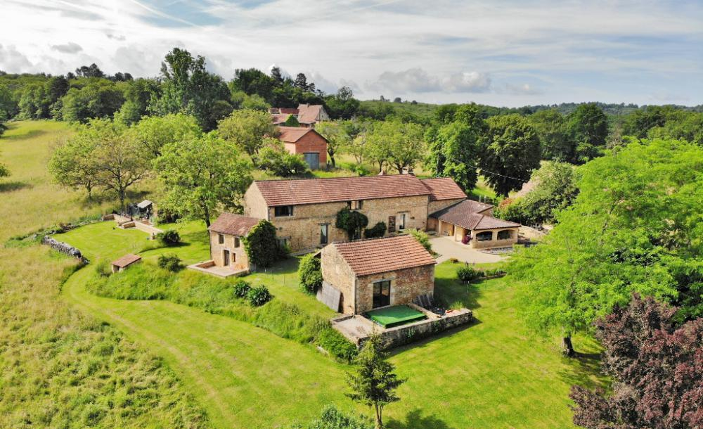 CHARMING LONGERE HOUSE 15 KM AWAY FROM SARLAT, WITH 24.7 ACRES OF LAND WITH WOODS. IT OFFERS BEAUTIF