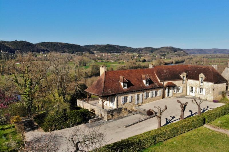 15KM SOUTHEAST OF SARLAT, THIS MAGNIFICENT PROPERTY WITH WONDERFUL VIEWS ON THE DORDOGNE VALLEY INCL