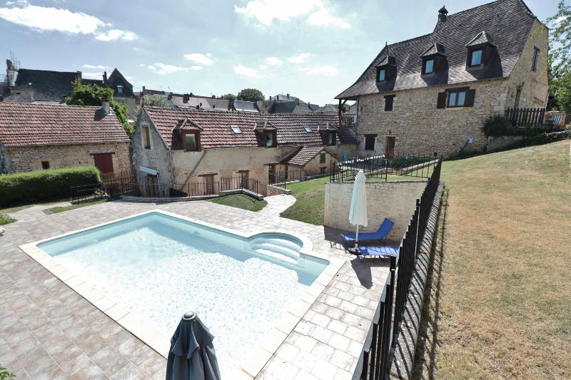15KM AWAY FROM SARLAT, IN THE HEART OF A CHARMING VILLAGE WITH ALL AMENITIES, IDEAL PROPERTY FOR REN