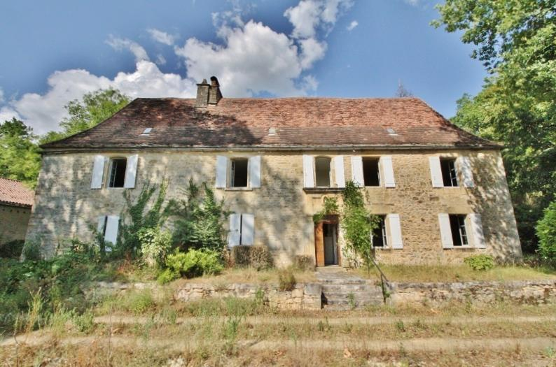 30 MIN AWAY FROM SARLAT. VERY BEAUTIFUL STONE PROPERTY IN A DOMINANT POSITION INCLUDING A MAIN HOUSE