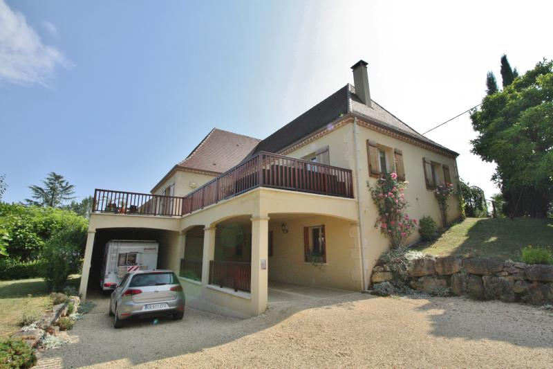 IDEAL LOCATION, ON THE HEIGHTS OF SARLAT WITH VIEWS - CONTEMPORARY HOUSE WITH COMPLETE BASEMENT, 4 B