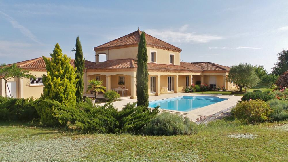 BEAUTIFUL CONTEMPORARY VILLA IN A DOMINANT POSITION - 20 MIN OF AWAY FROM SARLAT - HIGH QUALITY PERF