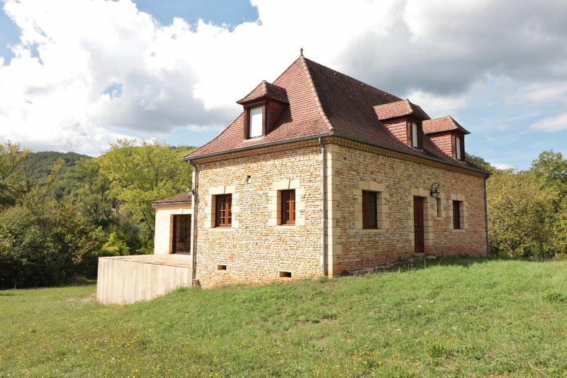 CLOSE TO SARLAT (APPROX.10KM), ON THE HEIGHTS OF THE DORDOGNE VALLEY, BEAUTIFUL MODERN STONE HOUSE,