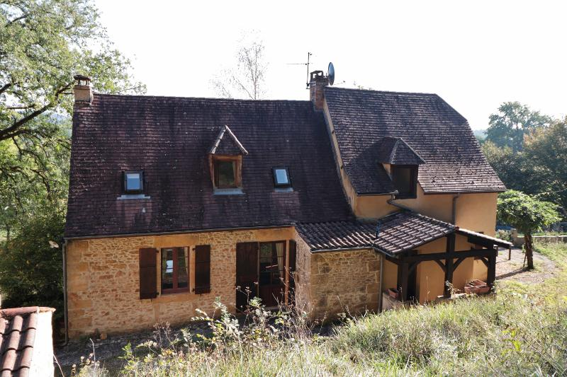 NATURE AND CHARM !! ONLY 8KM EAST FROM SARLAT, ON THE EDGE OF A WOOD, VERY PEACEFUL, ATTRACTIVE STON