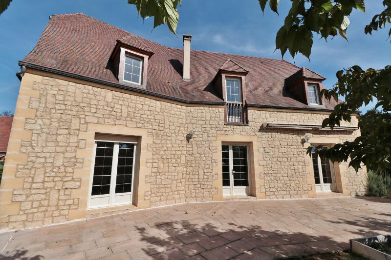 ONLY 4KM AWAY FROM SARLAT, BEAUTIFUL AND VAST 3 BEDROOM MODERN HOUSE WITH STONE FACADE, ON A COMPLET