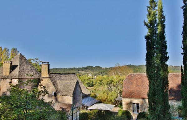 20 MIN NORTH AWAY FROM SARLAT - BEAUTIFUL STONE PROPERTY COMPOSED OF A