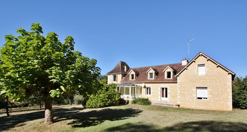 SARLAT - IN A QUIET AND PROTECTED ENVIRONMENT, ON A 4.4 acres RAISED PARK - VAST STONE HOUSE (APPROX