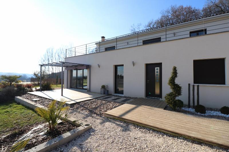 MAGNIFICENT TOP QUALITY MODERN HOUSE WITH GARAGE, LARGE CARPORT AND SWIMMING POOL. DESIGN, BRIGHT IN