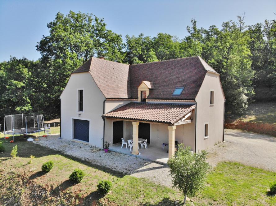 10 MIN SOUTH-WEST FROM SARLAT - ON THE HEIGHTS OF A TOURISTIC VILLAGE WITH ALL AMENITIES - BEAUTIFUL APPROX 260 SQM CONTEMPORARY HOUSE WITH QUALITY FE