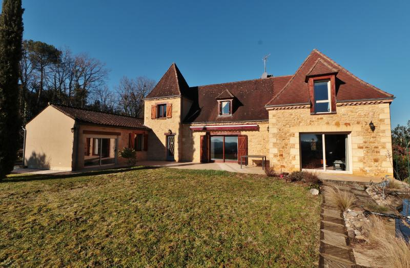SARLAT, IN A PRIVILEGED LOCATION, CLOSE TO SHOPS, BEAUTIFUL PERIGOURDINE STYLE HOUSE, OFFERING BEAUTIFUL SPACES AND A LOVELY VIEW. LANDSCAPED GARDEN W