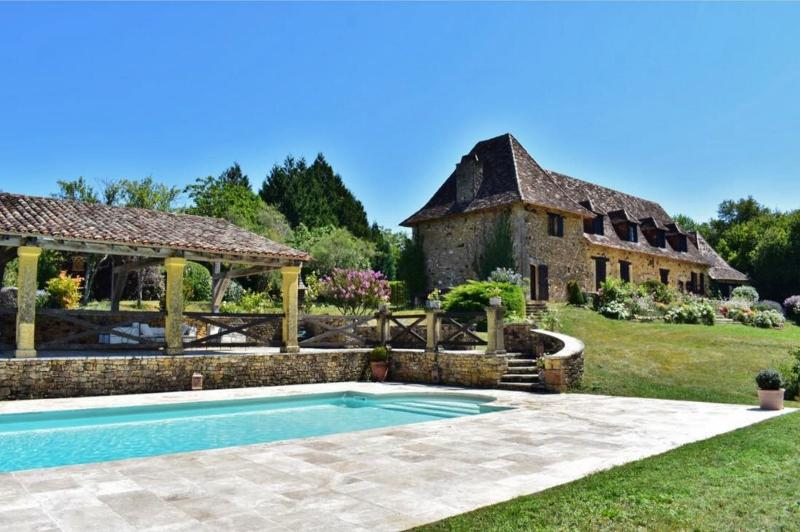 BEAUTIFUL STONE PROPERTY OF 470 m² HAB. APPROX. IN A HAMLET 30 min SOUTH-WEST FROM SARLAT - PÉRIGORD