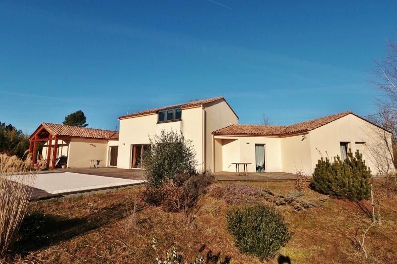 SARLAT, IN A VERY NICE LOCATION WITH A WONDERFUL VIEW OVER THE COUNTRYSIDE, VERY BEAUTIFUL et BRIGHT MODERN HOUSE, OFFERING LARGE LIVING SPACE, TERRAC
