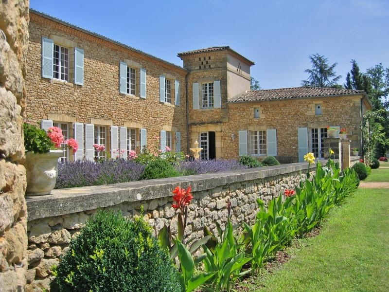 EXCEPTIONAL LOCATION IN THE DORDOGNE VALLEY - VERY BEAUTIFUL STONE PROPERTY CLOSE TO SARLAT AND ALL