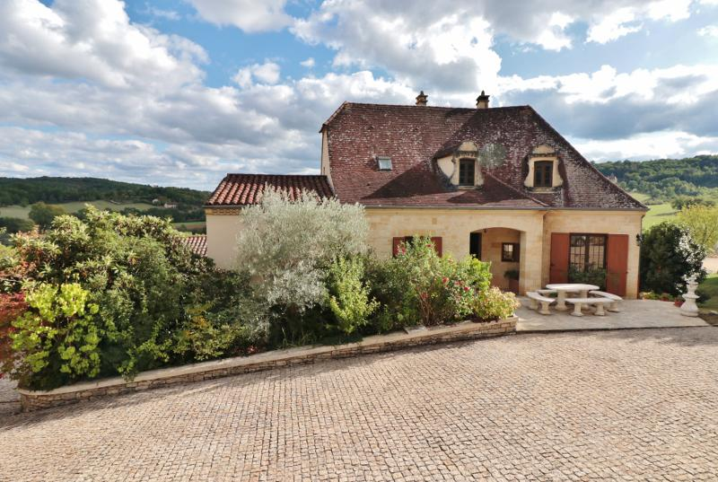 15 MIN AWAY SOUTH FROM SARLAT, IN THE DORDOGNE VALLEY, LARGE TRADITIONNAL HOUSE ON BASEMENT, WITH SW
